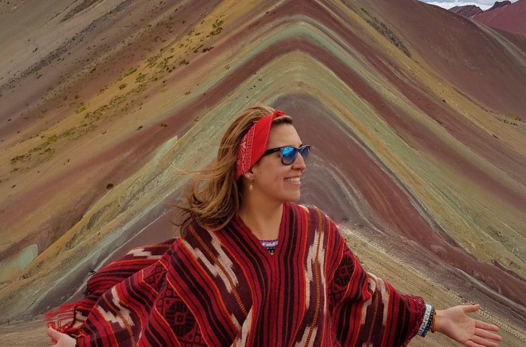 Una montaña bañada en colores